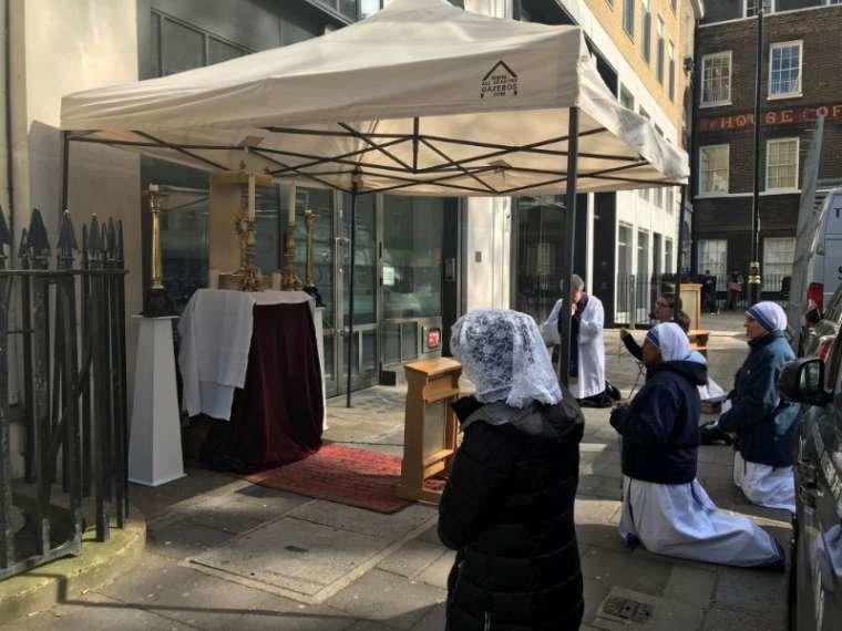 A Londra, la Chiesa cura l'anima con l'Adorazione, la Confessione, il Santo Rosario e ...la carità ai bisognosi