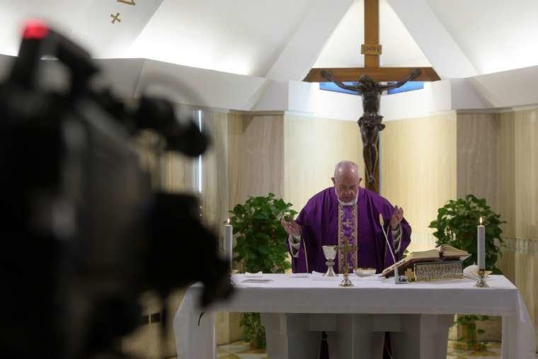 I cattolici nel mondo sperano che la Santa Messa del Papa continui in diretta internet
